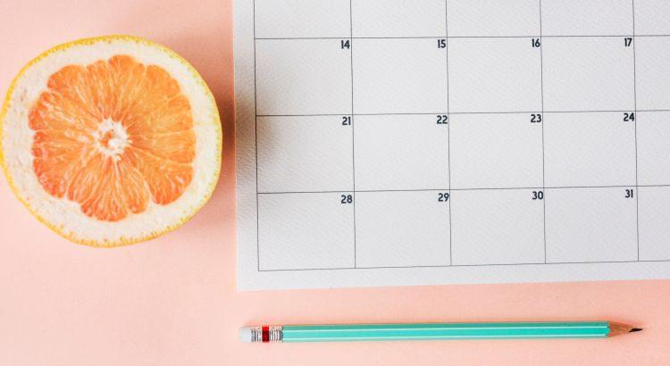 Calendário e lápis em cima de uma mesa