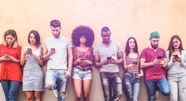 Jovens mexendo nos seus celulares