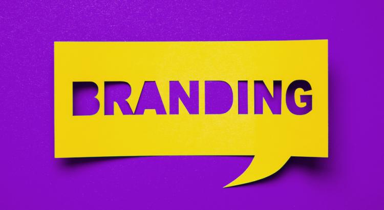 Papel com recorte que forma a palavra branding