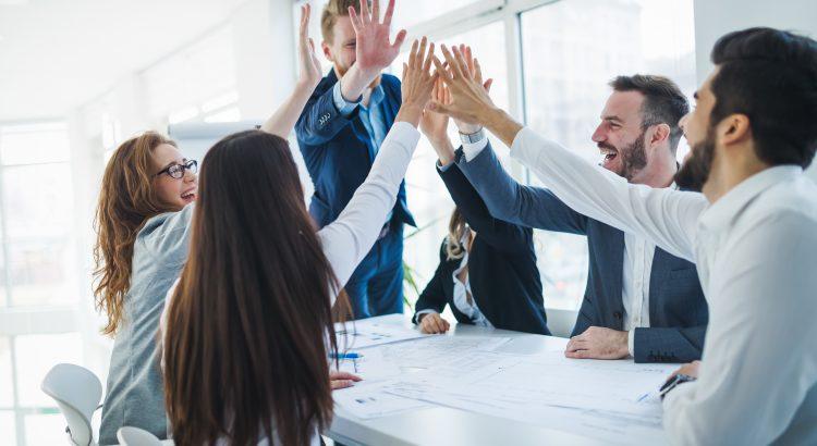 Funcionários de uma empresa felizes e motivados