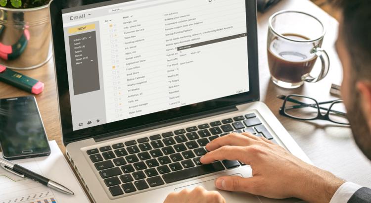 Homem enviando um e-mail marketing para o sua rede de contatos