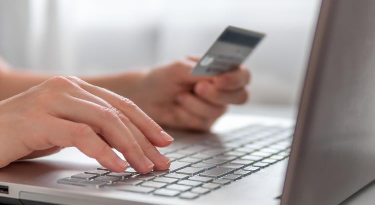 pessoa comprando por e-commerce